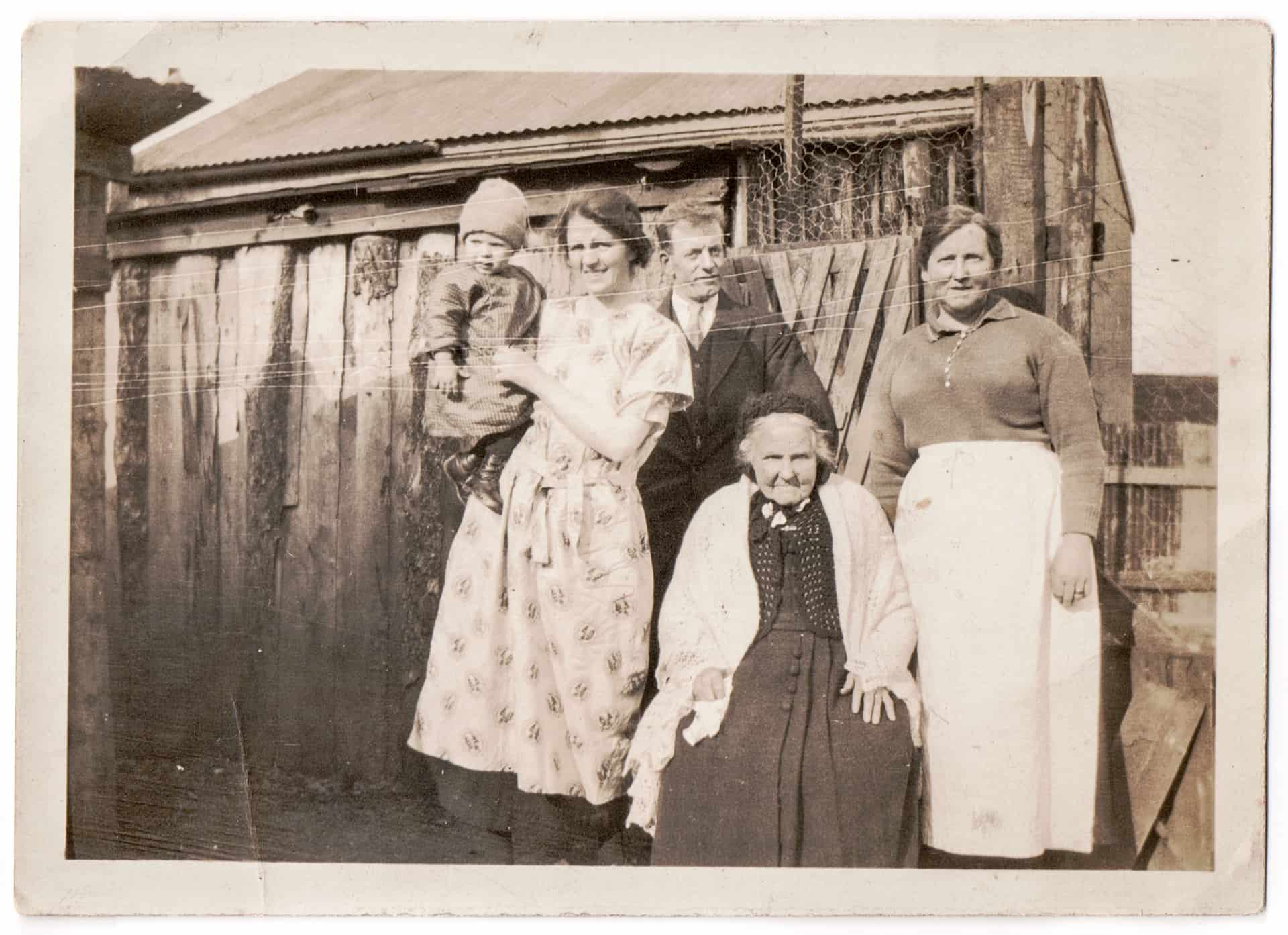 This is group photo taken in 1930 of my mom's family - that's my mom's grandmother at the front and her aunt Lizzy at the back on the right.