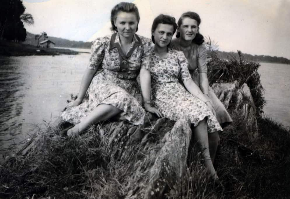 Henryka and friends, day out at Lake Albert, Uganda, 1944